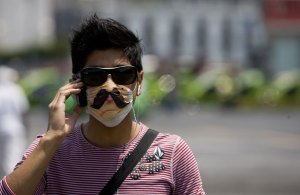 Swine-flu-face-masks-A-ma-006